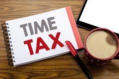手写显示时间税的公告文本 征税在笔记薄在wo的便条纸写的财务提示的企业概念 库存图片