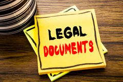 手写显示法律文件的公告文本 在的稠粘的便条纸写的合同文件的企业概念 库存照片