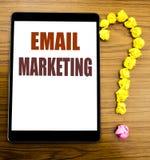 手写显示电子邮件行销的公告文本 在有木bac的片剂写的网上网促进的企业概念 库存图片