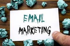 手写显示电子邮件行销的公告文本 在稠粘的便条纸写的网上网促进的企业概念,求爱 库存图片