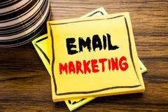 手写显示电子邮件行销的公告文本 在t的稠粘的便条纸写的网上网促进的企业概念 免版税库存照片