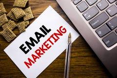 手写显示电子邮件行销的公告文本 在t的稠粘的便条纸写的网上网促进的企业概念 库存照片