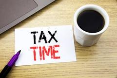 手写显示税时间的公告文本 征税在向求爱的笔记本书写的财务提示的企业概念 库存图片
