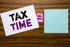 手写显示税时间的公告文本 征税在稠粘的便条纸写的财务提示的企业概念求爱 免版税库存照片