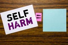 手写显示自已害处的公告文本 在w的稠粘的便条纸写的Selfharm精神侵略的企业概念 免版税库存照片