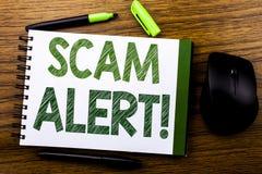 手写显示诈欺戒备的公告文本 在笔记本在wo的笔访纸写的欺骗警告的企业概念 库存照片