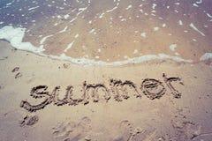 手写的夏天在海滩的沙子与可爱的心脏的 免版税库存照片