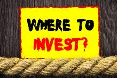 手写的文本标志陈列在哪里投资问题 概念性投资计划忠告财富的照片财务收益书面  免版税库存图片
