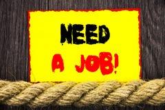 手写的文本标志陈列需要工作 概念性照片失业失业的工作者查寻在稠粘的笔记ne写的事业 免版税图库摄影