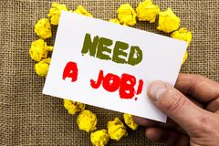 手写的文本标志陈列需要工作 概念性照片失业失业的工作者查寻在稠粘的笔记Pa写的事业 免版税库存图片
