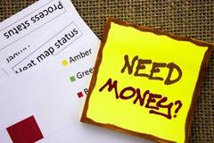 手写的文本标志陈列需要金钱问题 经济财务危机的,现金贷款企业概念在棍子需要写 免版税库存图片