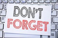 手写的文本说明陈列不忘记 企业唐t记忆的在稠粘的便条纸写的Remider概念文字  免版税库存图片