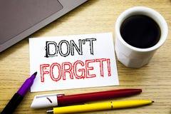 手写的文本说明陈列不忘记 企业在木头的笔记本书写的提示消息的概念文字 免版税库存照片