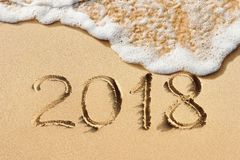 手写的新年2018在沙子 库存照片
