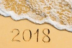 手写的新年2018在热带海滩 免版税库存图片