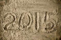 手写的年2015在海滩沙子 库存图片