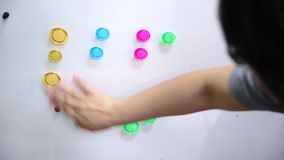 手分类五颜六色的磁铁