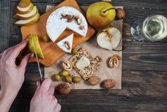 手切了在木桌上的梨用食物 顶视图 库存照片