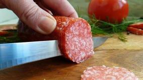 手切了香肠在木背景的蒜味咸腊肠蕃茄 影视素材