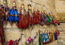 手制作了五颜六色的玩偶和木偶待售 免版税库存图片