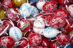 手制作了各种各样的颜色的木复活节彩蛋装饰 免版税图库摄影