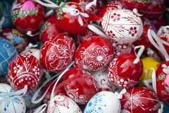 手制作了各种各样的颜色的木复活节彩蛋装饰 库存图片