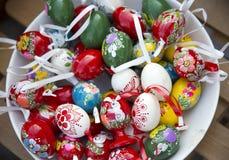 手制作了各种各样的颜色的装饰的木复活节彩蛋 免版税库存图片