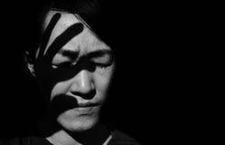 手剪影在妇女的面孔的 库存照片
