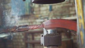 手动地伪造在铁匠铺的铁匠 免版税图库摄影
