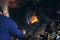 手动地伪造熔融金属的铁匠 免版税图库摄影
