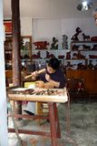 手动地做雕象的艺术家中国大象 图库摄影