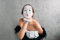 手势摆在演播室的剧院女演员 免版税库存照片
