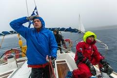 水手参加在希腊海岛群中的航行赛船会在爱琴海,基克拉泽斯和阿果Saronic海湾的 免版税库存照片