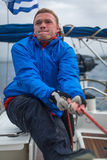 水手参加在希腊海岛群中的航行赛船会在爱琴海 免版税库存图片