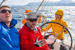 水手参加在希腊海岛群中的航行赛船会第12 Ellada秋天2014年在爱琴海 免版税图库摄影