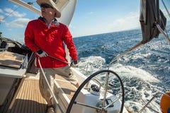 水手参加在希腊海岛群中的航行赛船会第12 Ellada秋天2014年在爱琴海 库存照片