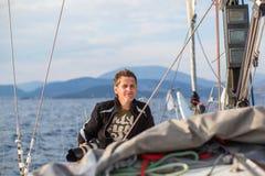 水手参加在希腊海岛群中的航行赛船会第16 Ellada秋天2016年在爱琴海 库存照片