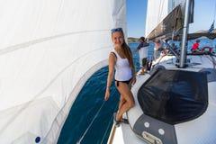 水手参加在希腊海岛群中的航行赛船会第16 Ellada秋天2016年在爱琴海 图库摄影