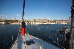 水手参加在希腊海岛群中的航行赛船会第16 Ellada秋天2016年在爱琴海 免版税库存图片