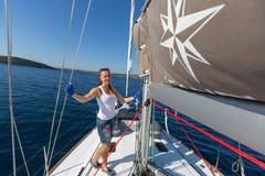 水手参加在希腊海岛群中的航行赛船会第16 Ellada秋天2016年在爱琴海 免版税图库摄影
