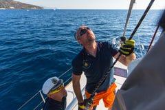 水手参加在希腊海岛群中的航行赛船会第16 Ellada秋天2016年在爱琴海 免版税库存照片
