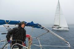 水手参加在希腊海岛群中的航行赛船会第12 Ellada秋天2014年 免版税图库摄影