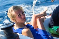 水手参加在希腊海岛群中的航行赛船会第16 Ellada秋天2016年 免版税图库摄影