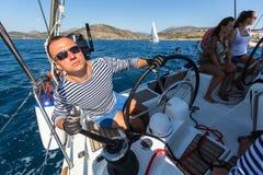 水手参加在希腊海岛群中的航行赛船会第16 Ellada秋天2016年 免版税库存图片