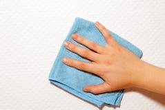 手和一块蓝色布料 免版税库存照片