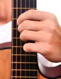手和吉他特写镜头 免版税库存图片