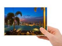 手和新加坡城市地平线我的照片 免版税图库摄影