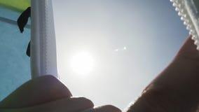 手和明亮的太阳在冬天 股票录像