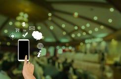 手和智能手机,在互联网上和没有信号,被连接和d 库存图片