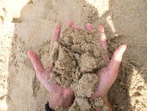 手和沙子 免版税库存图片